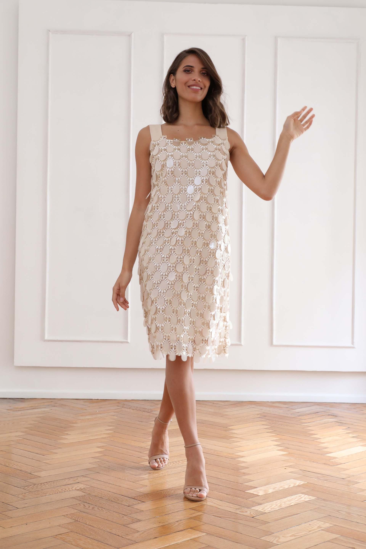 Un vestido de líneas simples en pailletes de lentejuelones (Christian Bochichio)