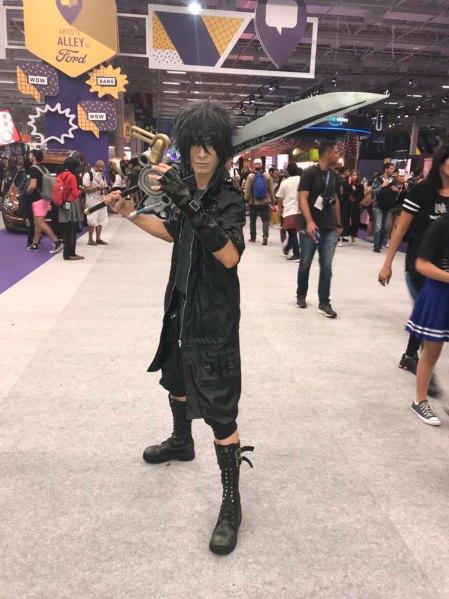 Kirarls, paulista, en el traje de Noctis, de Final Fantasy.