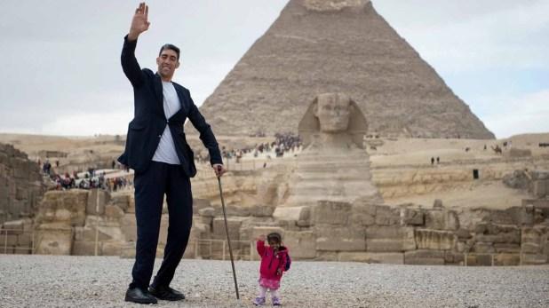 El hombre vivo más alto, Sultan Kosen, y la mujer viva más baja, Jyyoti Amge, en la gran pirámide de Giza el 26 de enero de 2018