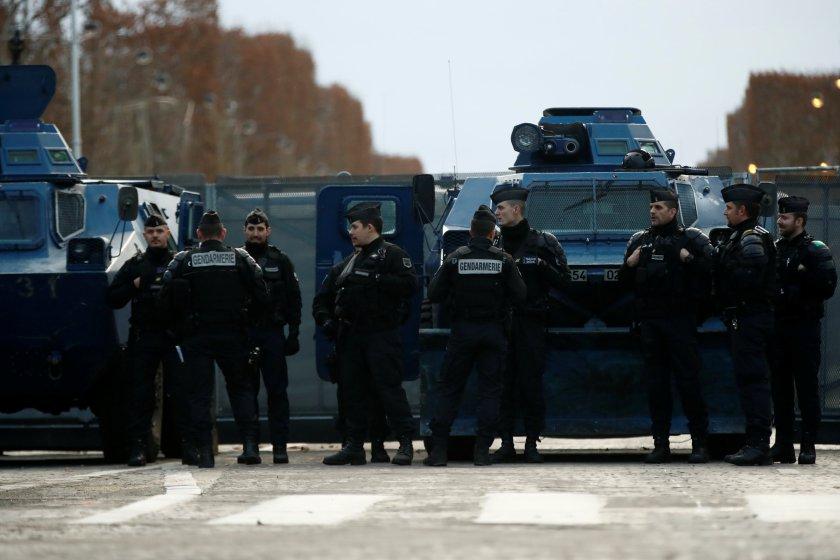 Gendarmes franceses en la avenida de los Champs-Elysees (REUTERS/Christian Hartmann)