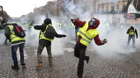 Algunos manifestantes replicaron lanzando proyectiles y petardos (EFE/EPA/IAN LANGSDON)