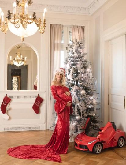 Al lado del árbol se encuentra el tan prestigioso regalo de Salvador Uriel: una mini Ferrari
