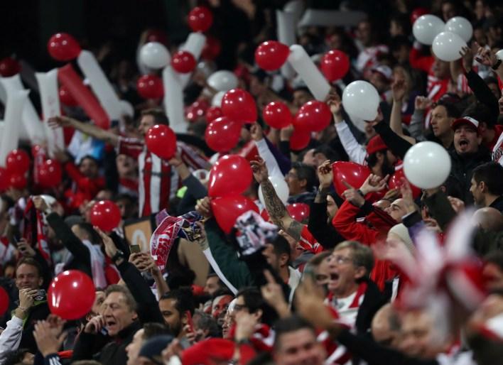 Miles de hinchas argentinos viajaron a Madrid
