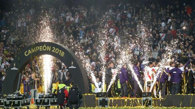 Jugadores de River Plate festejan la obtención de la Copa Libertadores en el estadio Santiago Bernabeu (AP Photo/Armando Franca)