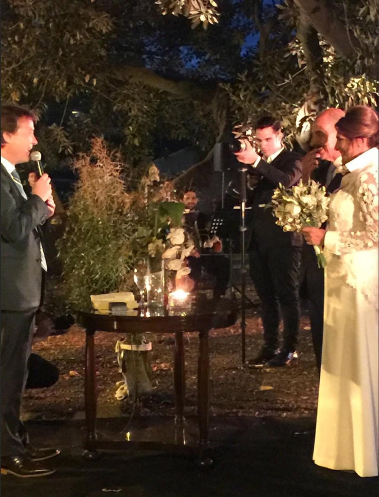 Silvia Fernández Barrio frente al juez, en su boda al aire libre (Fotos: Instagram)