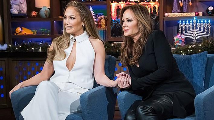 """Jennifer López y Leah Remin participaron en el juego """"Yo nunca, nunca"""", en el programa What Happens Live (Charles Sykes/Bravo)"""