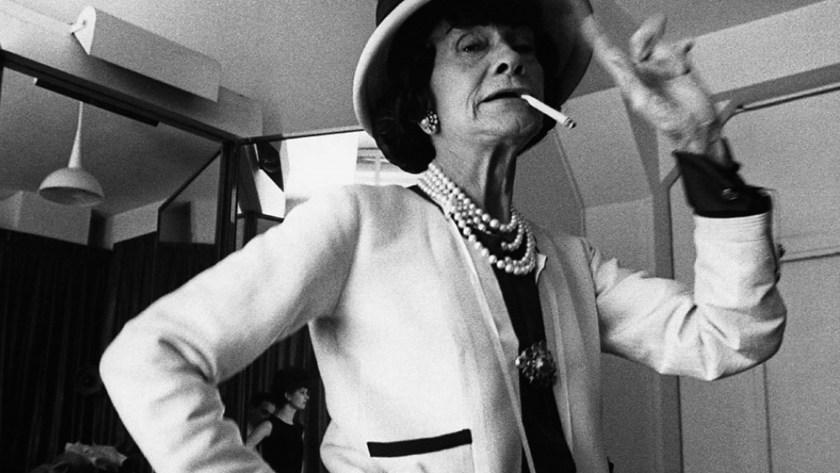 Gabrielle Chanel, con sus míticos collares de perlas, su saco con el clip de camelia y el sombrero