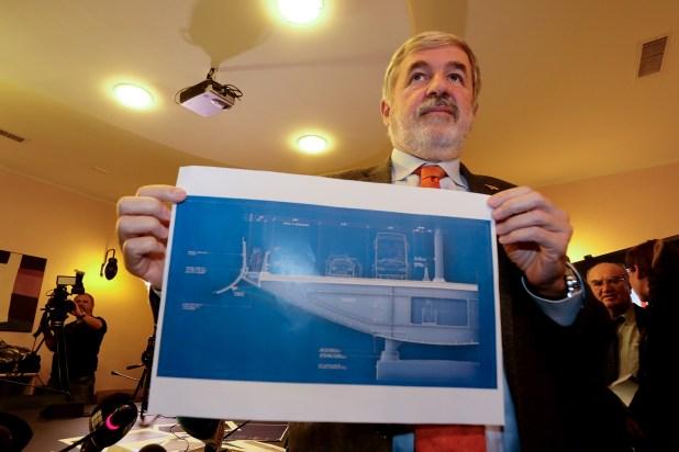 El alcalde Massimo Bucci muestra na sección del nuevo puente (Andrea LEONI / AFP)