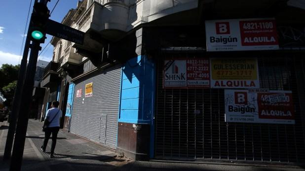 Se detectaron 245 locales sin actividad en las avenidas comerciales porteñas (REUTERS/Agustin Marcarian)