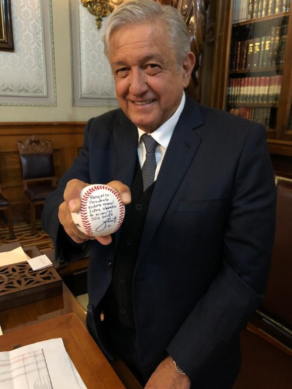 Andrés Manuel López Obrador presume la pelota autografiada por Julio Urías (Foto: Twitter)