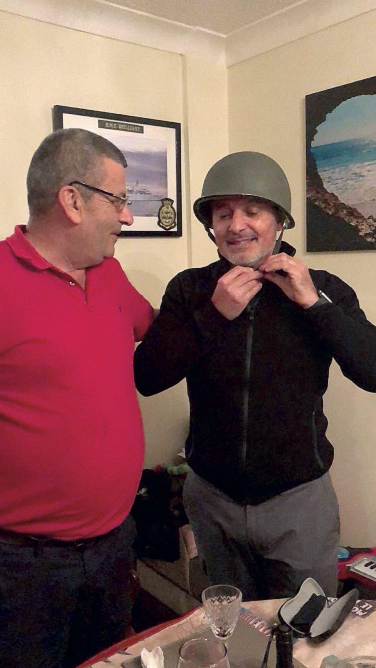 Edward Goodall le da el casco que acompañó a Alejandro durante todos sus días en Malvinas. Gorzelany, emocionado, le agredeció profundamente.