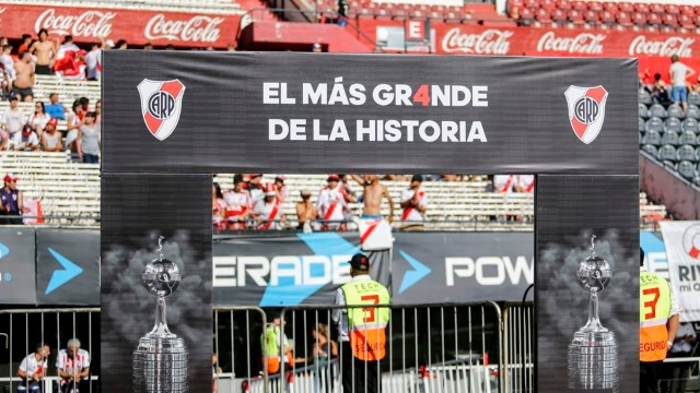 Los ausentes, Rafael Santos Borré, Franco Armani y Juanfer Quintero, quienes viajaron directamente a Colombia, también fueron nombrados para que estallara el estadio con su sólo mención. A la distancia, habrán vibrado con la enorme celebración