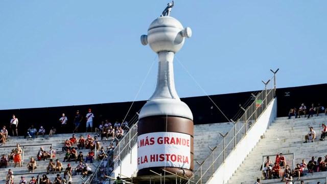 Parte del cotillón fue la Copa Libertadores gigante que se colocó en una de las cabeceras del Monumental