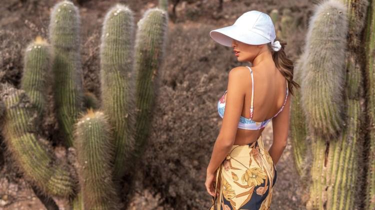 Bikini estampada con bombacha para atar ($ 2.500, Clara Ibarguren), pantalón ancho estampado ($ 2.990, MNG para Falabella), visera de gabardina (Made in Chola) y aros ($ 630, Somaini).
