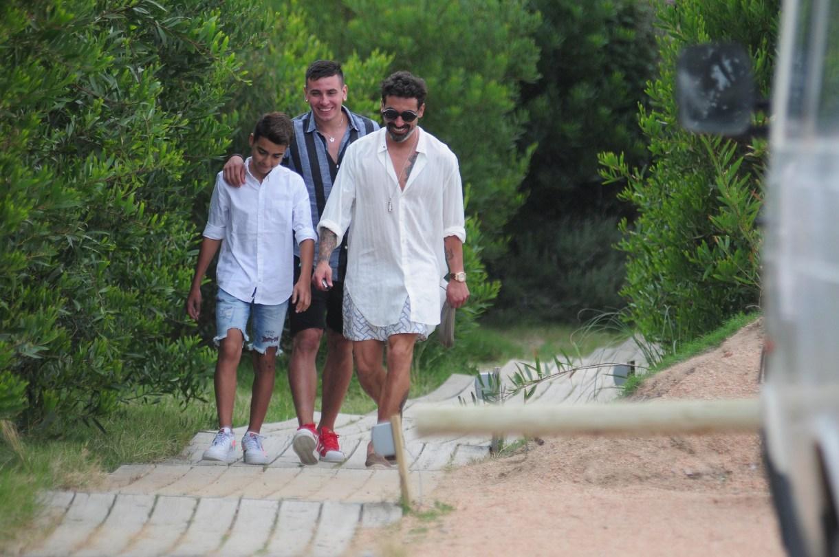 Lentes grandes, marco plateado, lo último en el mundo fashion para Pocho Lavezzi