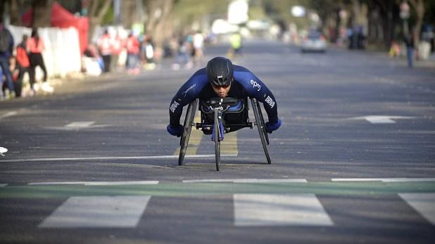 Un competidor a punto de cruzar la llegada en la Maratón de Buenos Aires en la especialidad deportes adaptados (Gustavo Gavotti)