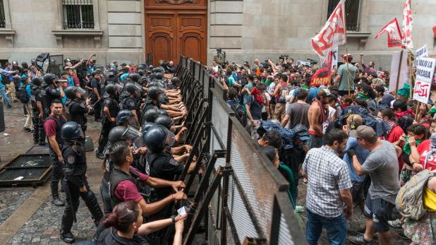 Alumnos y docentes de profesorados protestan frente a la Legislatura porteña durante el tratamiento de la ley de UniCABA, que generó la unificación de los 29 profesorados de la Ciudad de Buenos Aires (Julieta Ferrario)
