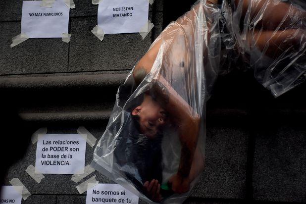 Expresión artística durante una movilización por el caso de Lucia Pérez en Buenos Aires (Nicolás Sturlberg)