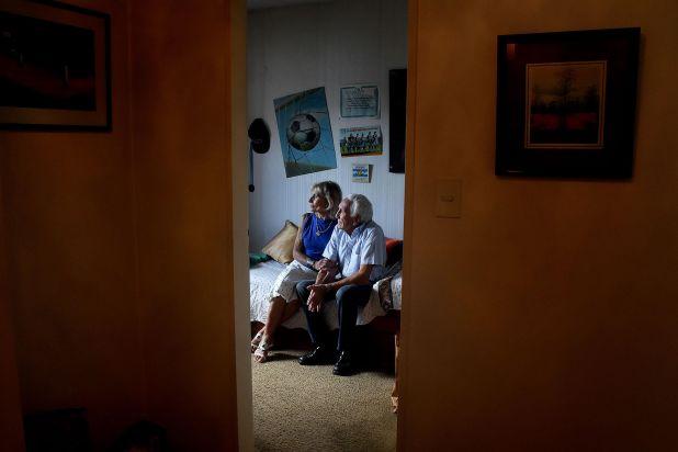Dalal y Said Massad en el cuarto intacto de su hijo Marcelo Daniel, soldado caído en la guerra de Malvinas (Nicolás Sturlberg)