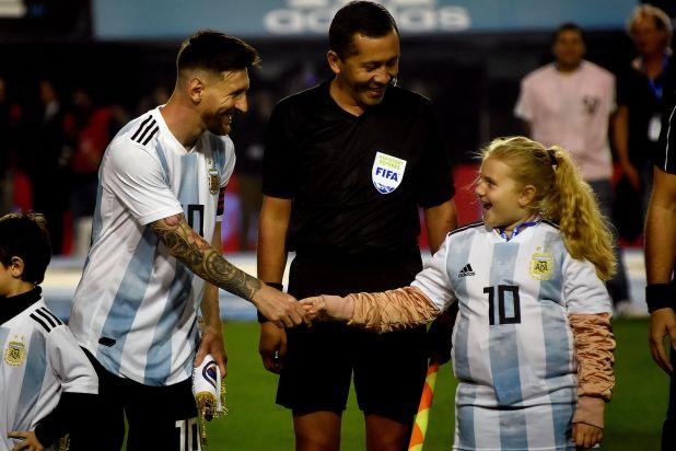 Lionel Messi en la Bombonera durante la previa del partido ante Perú por las eliminatorias para el Mundial 2018 (Nicolás Sturlberg)