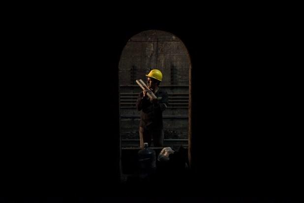 Un empleado de mantenimiento trabajando en la línea H de subte (Guille Llamos)