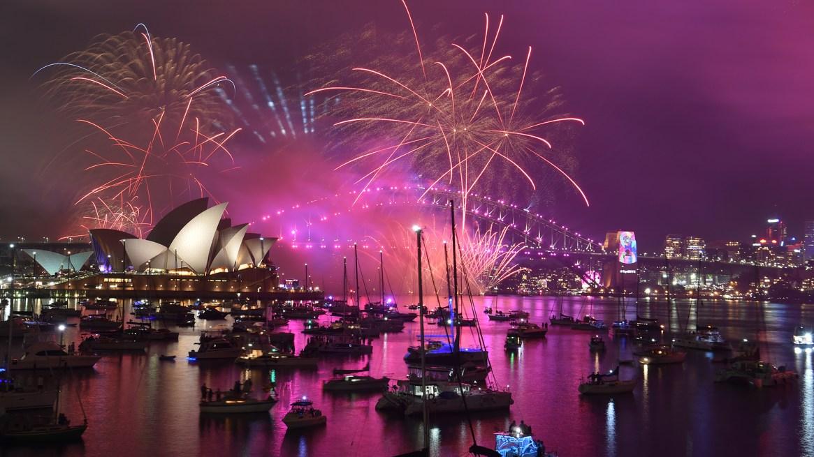Los fuegos artificiales durante los festejos por el nuevo año en Sidney, Australia