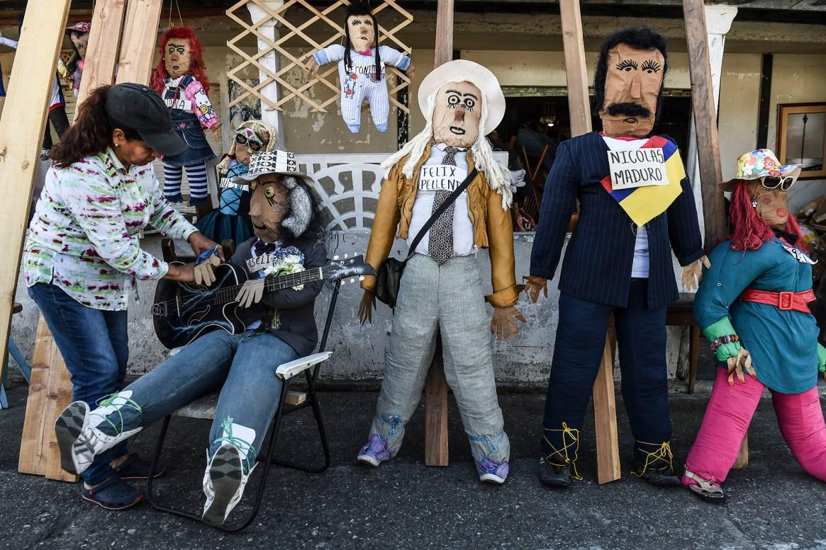 """Una mujer arregla una """"muñeca de Año Viejo"""" para la venta en Rionegro, departamento de Antioquia, Colombia, el 30 de diciembre de 2018. – La quema de """"muñecas de Año viejo"""" es una de las supersticiones más tradicionales de la cultura popular colombiana"""
