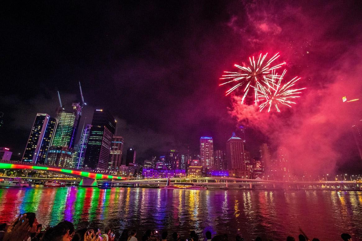 Año Nuevo sobre el río Brisbane en Southbank en Brisbane, Queensland, Australia