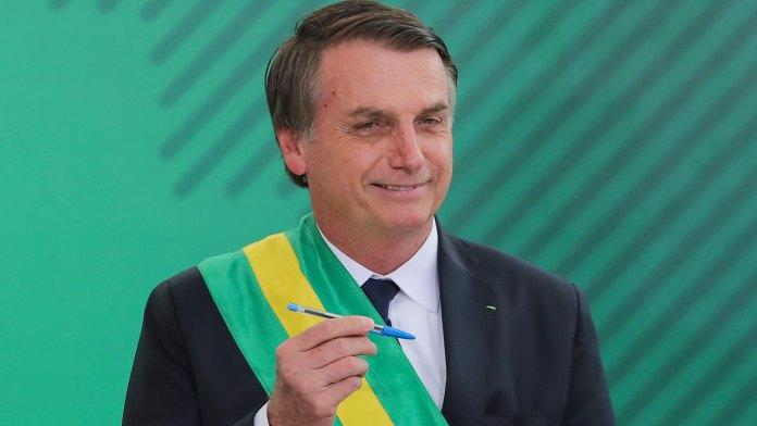 Bolsonaro muestra el bolígrafo con el que firmó la designación de sus ministros (AFP)