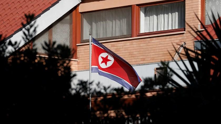 La bandera de Corea del Norte en la embajada del país en Roma (Reuters)