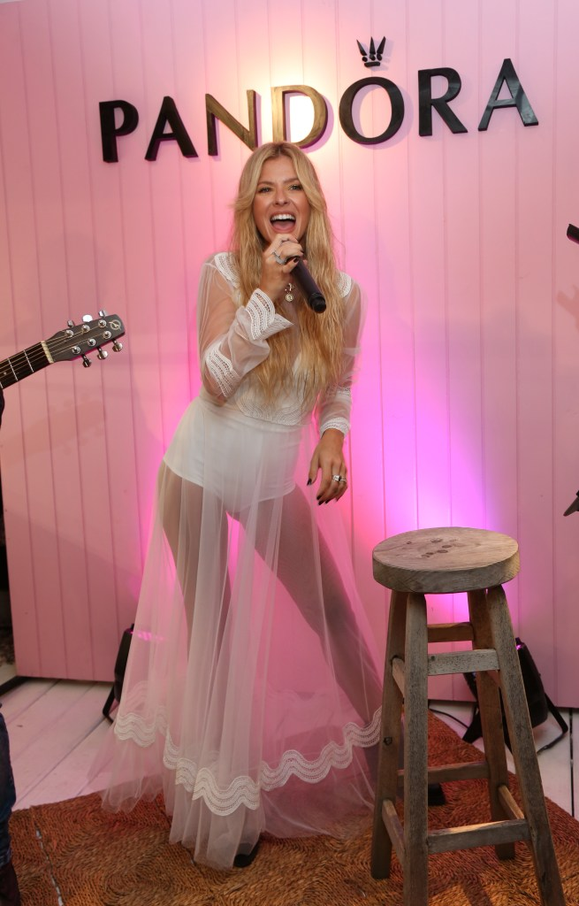 La China Suárez cantando en vivo en el opening Pandora Beach House en Punta del Este.