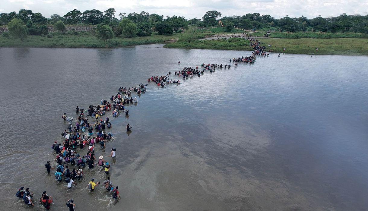 Un grupo de salvadoreños cruza el río Suchiate, con Estados Unidos como norte.