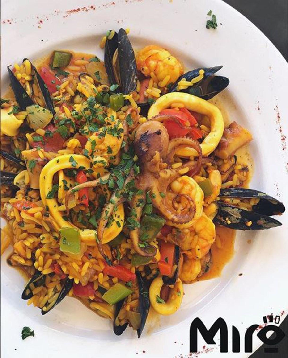 Calamares, pulpo, ostras y arroz, un plato para disfrutar de lo mejor de mar