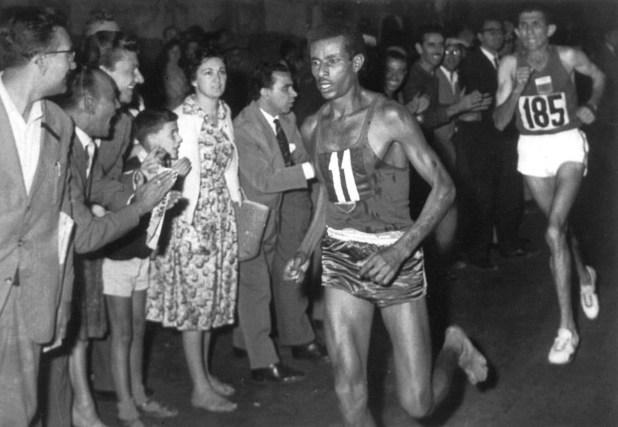 Bikila hizo polvo la maratón de Tokio a pesar de correr sin zapatillas (GrosbyGroup)