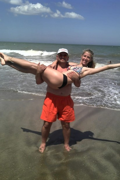 Priscila junto a su papá, Fabián, en la playa de Gesell (Foto: gentileza familia Ochoa)