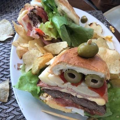 Completo y papas fritas, el chivito de Les Delices