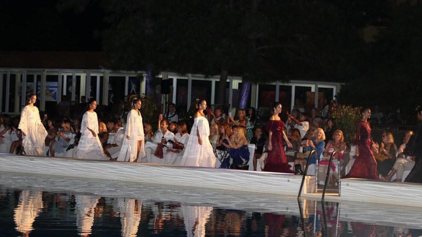 Las modelos desfilaron alrededor de la piscina de un hotel de lujo