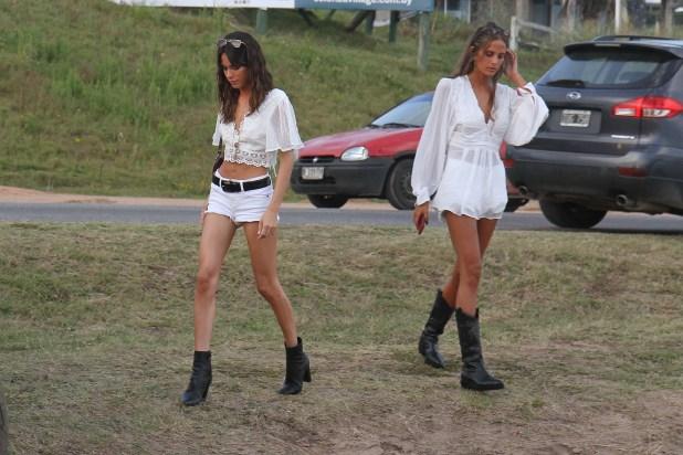 Tini Stoessel y su amiga llegando al evento de Forever 21