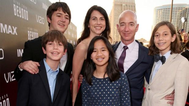 """Jeff y Mackenzie junto a sus cuatro hijos, en la premiere de""""Star Trek Beyond"""" en juliio de 2016 en San Diego California."""