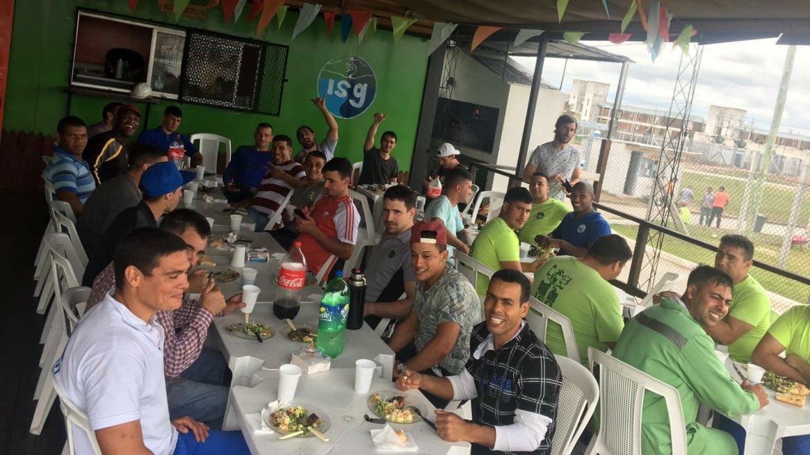 El almuerzo de festejo de fin de año de los empleados del aserradero y el supermercado de la empresa ISG.