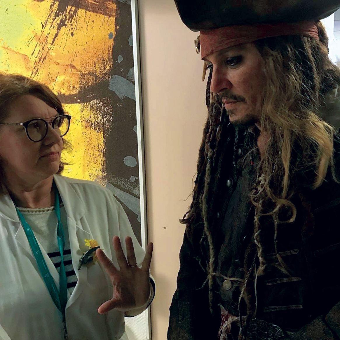 Caracterizado como Jack Sparrow, un personaje que no será de la nueva saga, conversa con personal del instituto