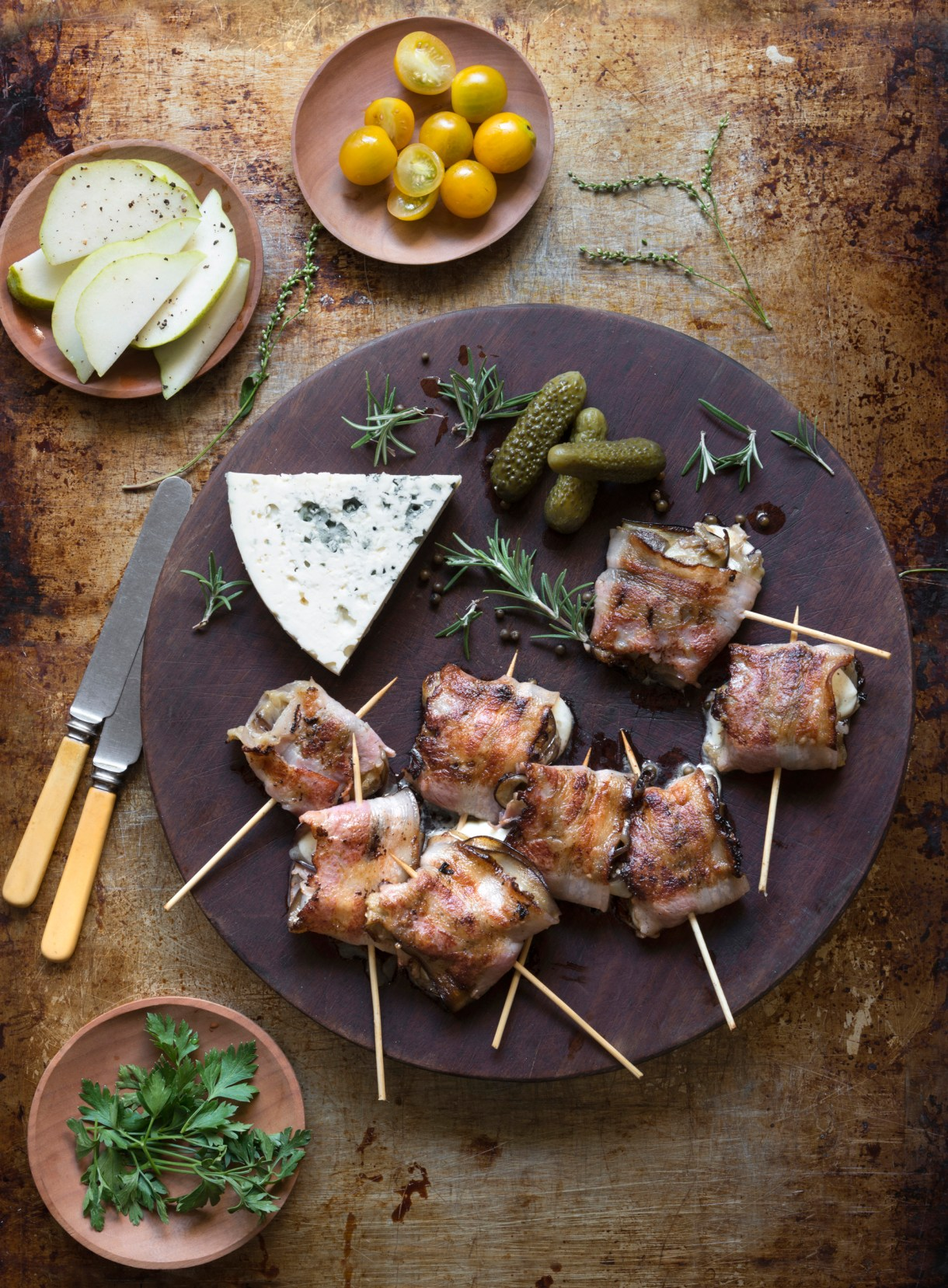 Servirlo con queso roquefort, pepinillos y hojas de romero para decorar la tabla