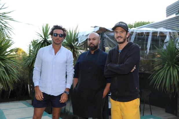 Los tres hombres detrás de Casa Babel en Punta del Este: Pico Mónaco y Panchi Grimaldi con el chef venezolano, Simon Rodríguez (Foto: Matías Souto)