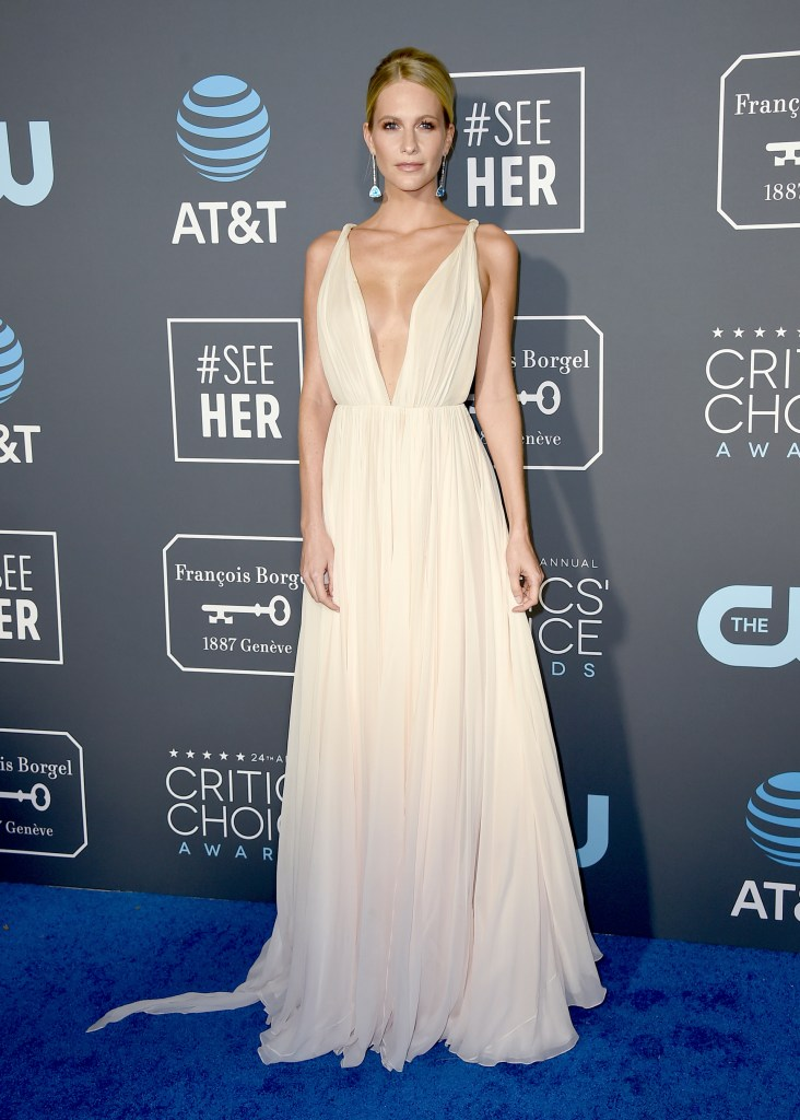 """Poppy Delevingne, una de las más elegante de la noche de los Critic's Choice Awards. De seda, plisado, gran escote v y corte en la cintura. La top model lo completó solamente con aros gota y el """"non makeup effect"""""""