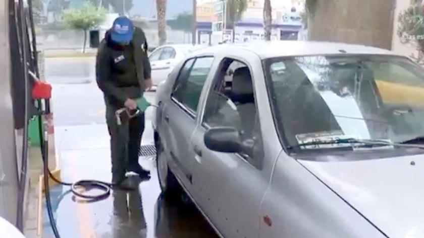 Los despachadores de gasolina en México dependen de las propinas para vivir mejor (Foto: Captura Televisa)