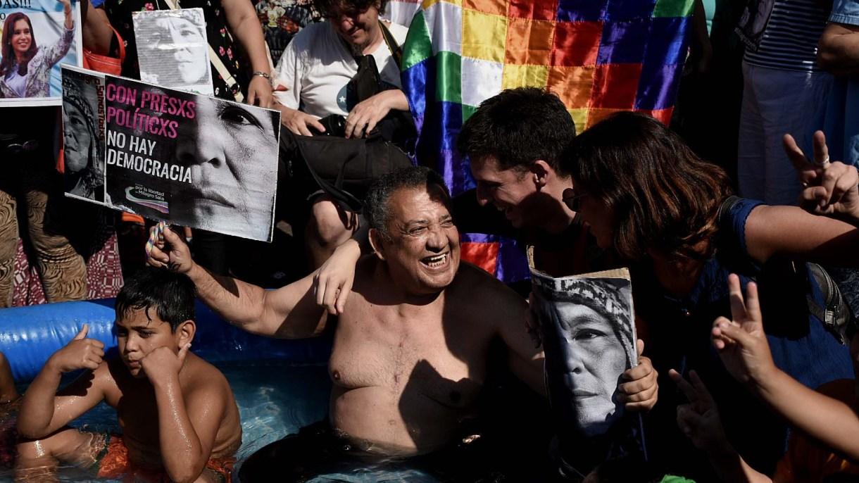 Luis D'Elía sostiene un cartel con la cara de Milagro Sala