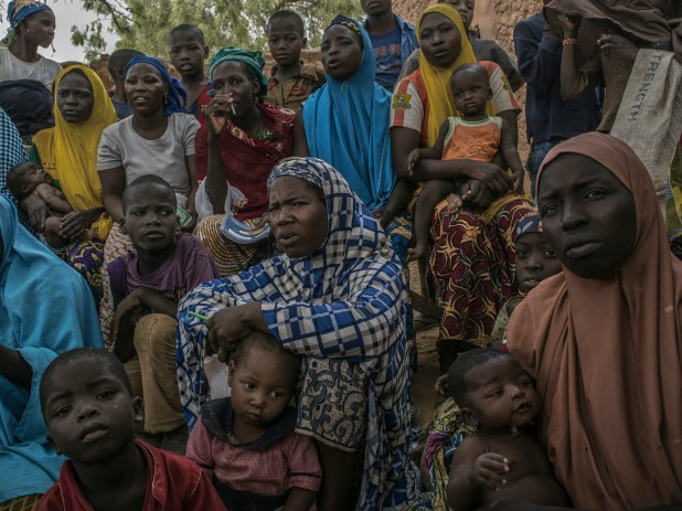 Un grupo de mujeres durante una clase de alfabetización en Bassaraua, Nigeria, poblado cercano a Maradí (Laura Boushnak/The New York Times)