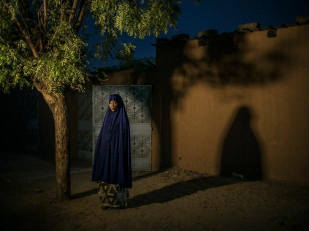 Los dos matrimonios de Farima Issaka (izquierda) terminaron en parte porque tenía una muy mala relación con sus suegros (Laura Boushnak/The New York Times)