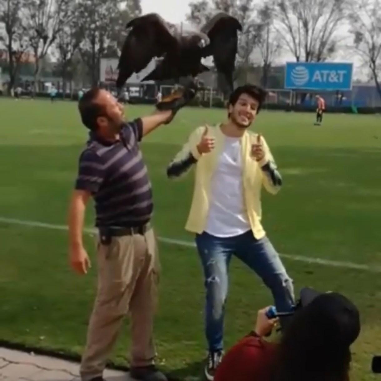 """Celeste"", la mascota del América, picó a Sesbastián Yatra. (Foto: Instagram, Sebastián Yatra)"