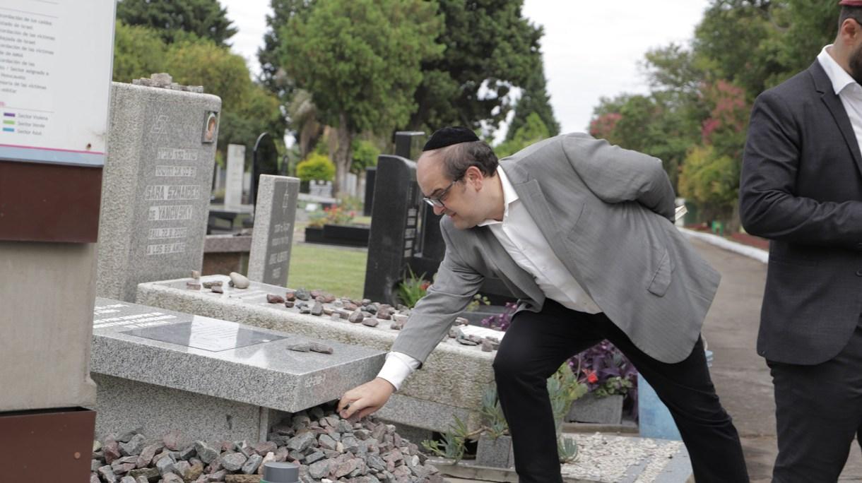 Representantes de la DAIA, familiares y allegados de Alberto Nismanparticiparon de un acto privadoen el cementerio judío de La Tablada